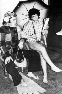 Alejandra Pizarnik, vestida de Hilda la Polígrafa, junto a Arturo Carrera.